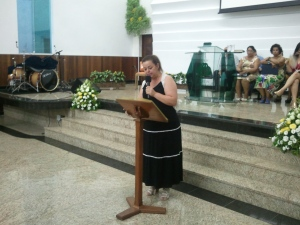 Irmã Simone de Moraes representando o grupo de mulheres também faz uma homenagem.